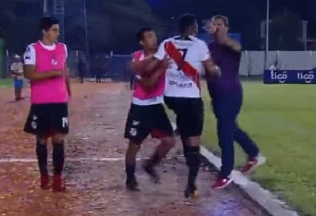 apos-substituicao-jogador-brasileiro-parte-pra-cima-do-treinador-na-bolivia-Futebol-Latino-17-04