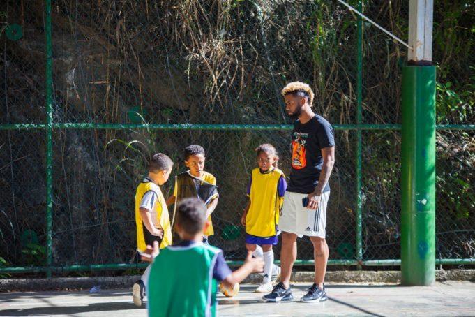 ex-flamengo-usa-esporte-para-ajudar-criancas-carentes-no-rio-de-janeiro-Futebol-Latino-5-31-07