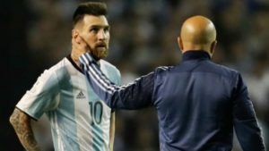 apontam-uma-arma-para-messi-chamada-copa-do-mundo-Futebol-Latino-25-03