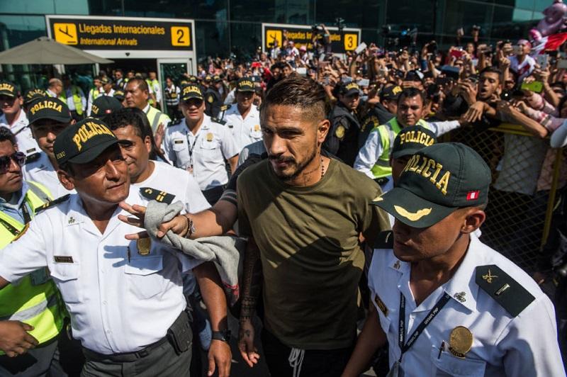 na-chegada-a-lima-guerrero-criticou-hotel-por-lhe-dar-as-costas-Futebol-Latino-16-05