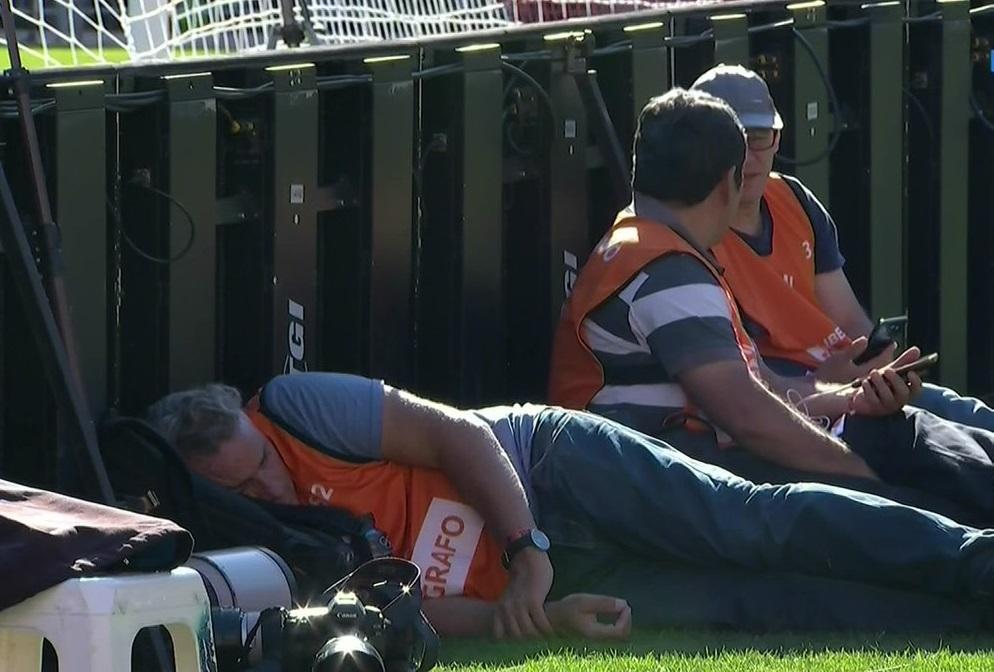 fotografo-e-flagrado-tirando-um-cochilo-aguardando-a-final-da-libertadores-Futebol-Latino-24-11