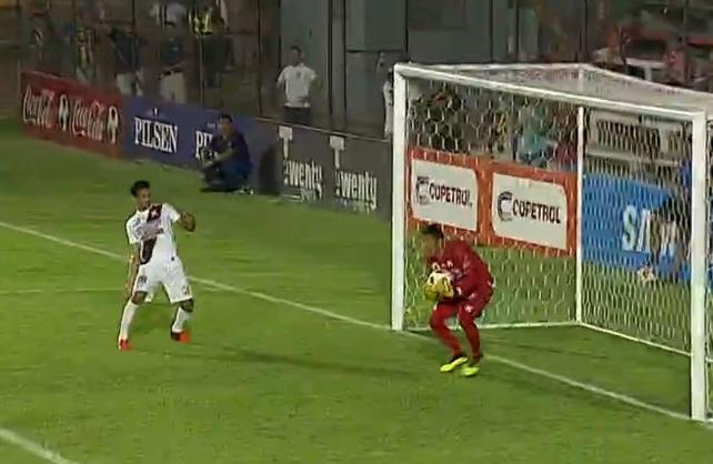 no-paraguai-jogador-quase-faz-gol-contra-no-susto-Futebol-Latino-17-11