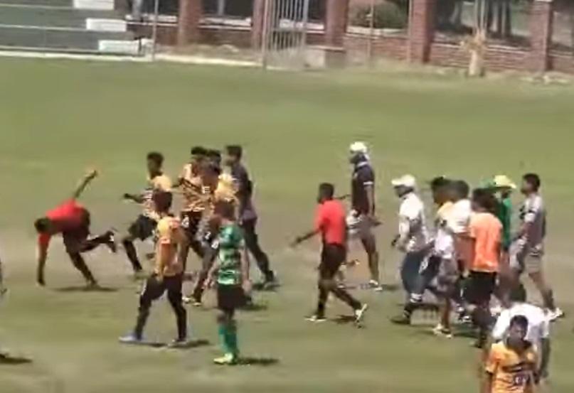 em-jogo-de-base-na-bolivia-jogadores-agridem-o-arbitro-da-partida-Futebol-Latino-17-12