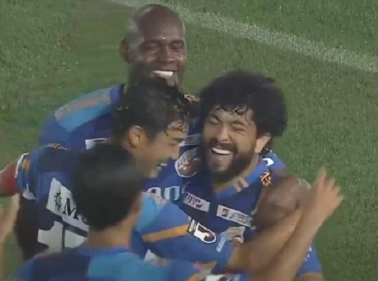 ex-atletico-mg-luan-marca-bonito-gol-no-futebol-japones-Futebol-Latino-30-06