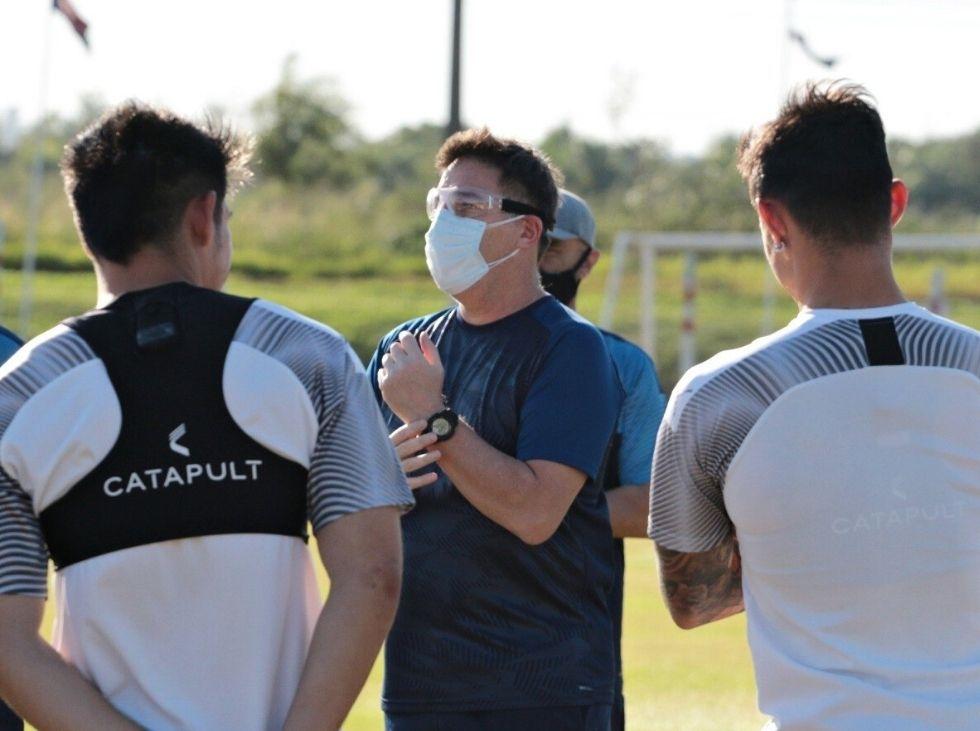 tecnico-da-selecao-do-paraguai-aproveita-pausa-para-treinos-coletivos-Futebol-Latino-21-07