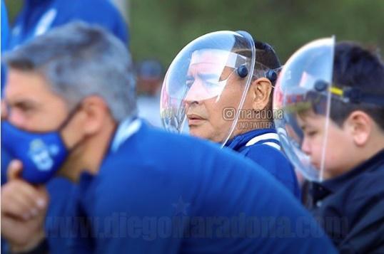 maradona-rebate-brincadeiras-com-sua-mascara-de-protecao-em-amistosos-Futebol-Latino-01-10
