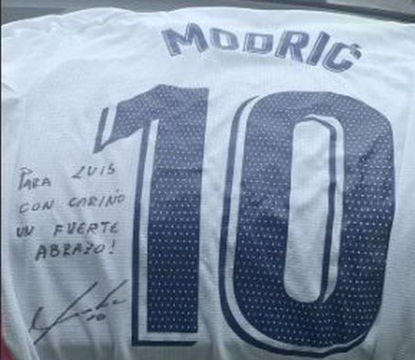 advincula-mostra-com-orgulho-presente-de-jogador-do-real-madrid-Futebol-Latino-05-11