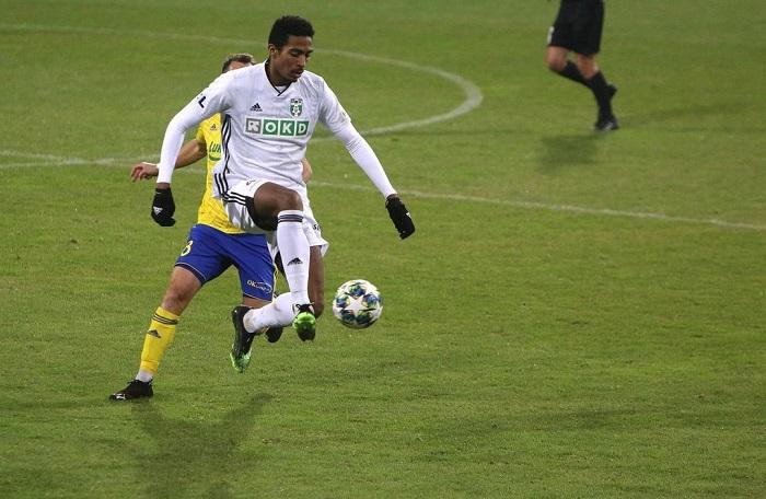 ex-flu-e-eleito-o-melhor-defensor-da-temporada-em-campeonato-tcheco-Futebol-Latino-07-01