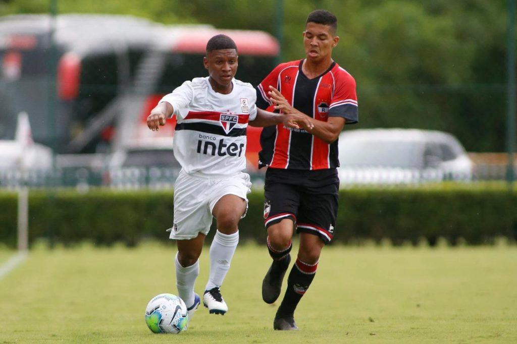 meio-campista-do-sao-paulo-avalia-classico-rei-na-copa-do-brasil-sub-17-Futebol-Latino-11-01