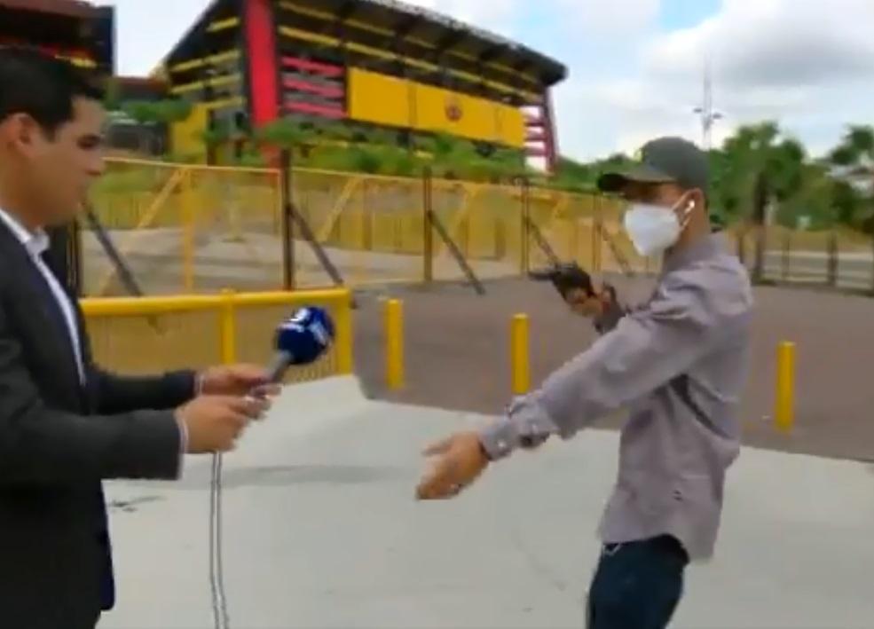 jornalista-no-equador-e-assaltado-em-gravacao-na-porta-de-estadio-Futebol-Latino-16-02