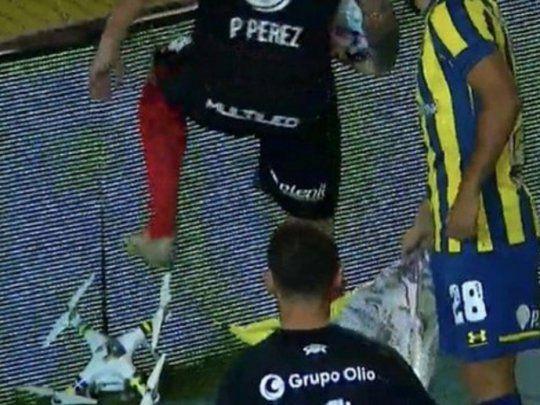 classico-na-argentina-tem-jogador-destruindo-drone-Futebol-Latino-03-05