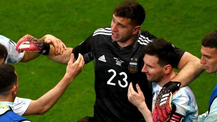 dibu-martinez-minimiza-criticas-sobre-comportamento-diante-da-colombia-Futebol-Latino-10-07