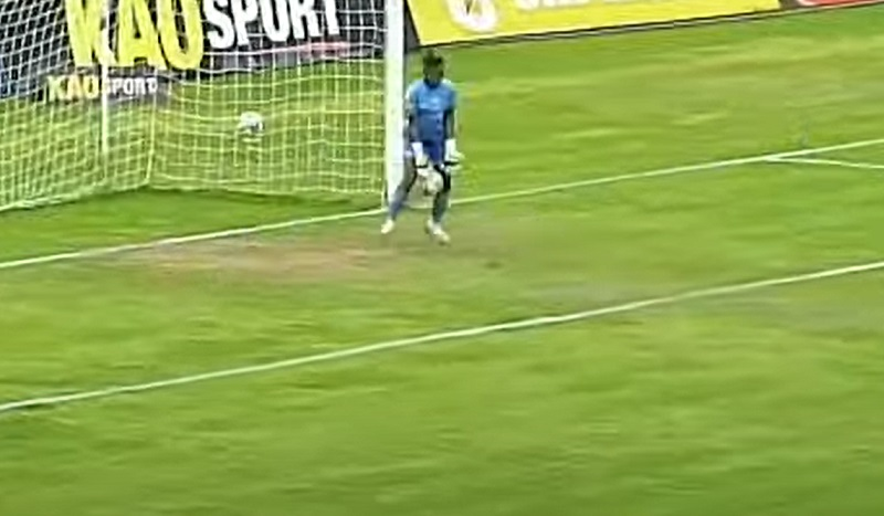 goleira-toma-frangaco-em-partida-decisiva-do-campeonato-equatoriano-futebol-latino-lance-20-08