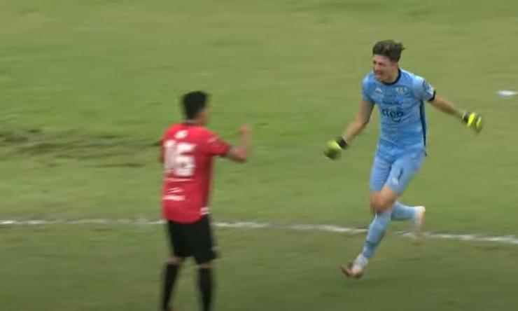 goleiro-artilheiro-rouba-a-cena-em-jogo-de-final-maluco-no-paraguai-Futebol-Latino-12-10