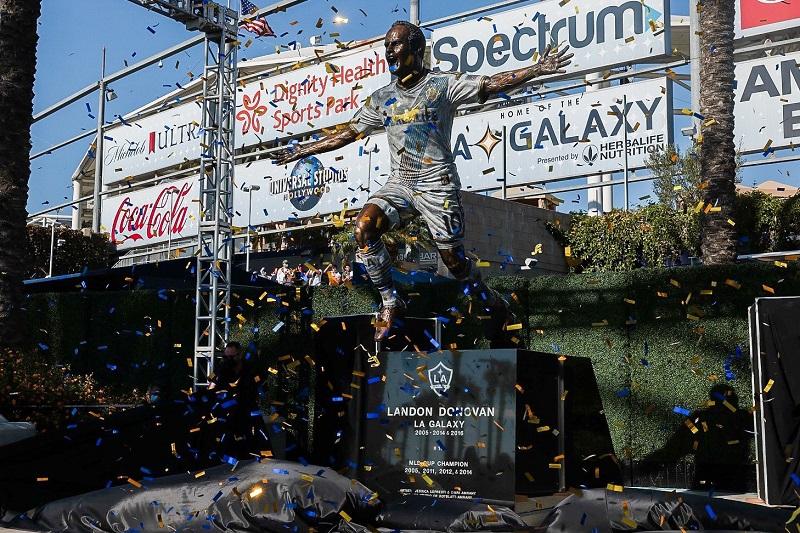 idolo-do-los-angeles-galaxy-e-homenageado-com-estatua-Futebol-Latino-04-10