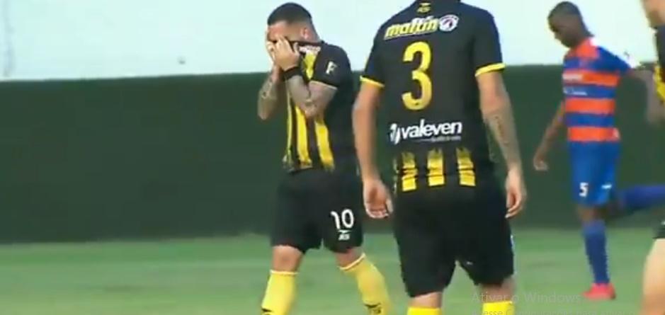 atacante-chora-ao-marcar-gol-que-eliminou-time-de-seu-pai-na-venezuela-Futebol-Latino-21-05