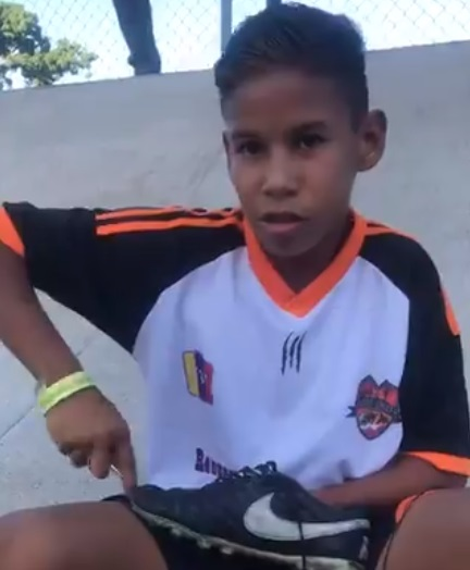 em-video-garoto-na-venezuela-aparece-costurando-a-propria-chuteira-Futebol-Latino-30-07