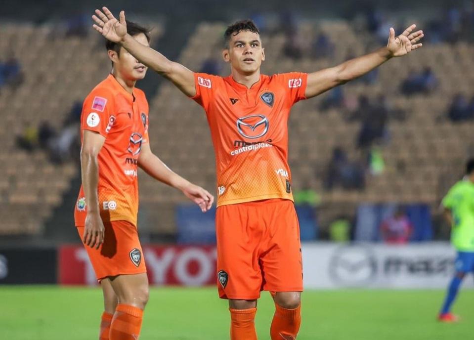ex-vila-nova-marca-lindo-gol-de-falta-em-quebra-de-jejum-na-asia-Futebol-Latino-02-08